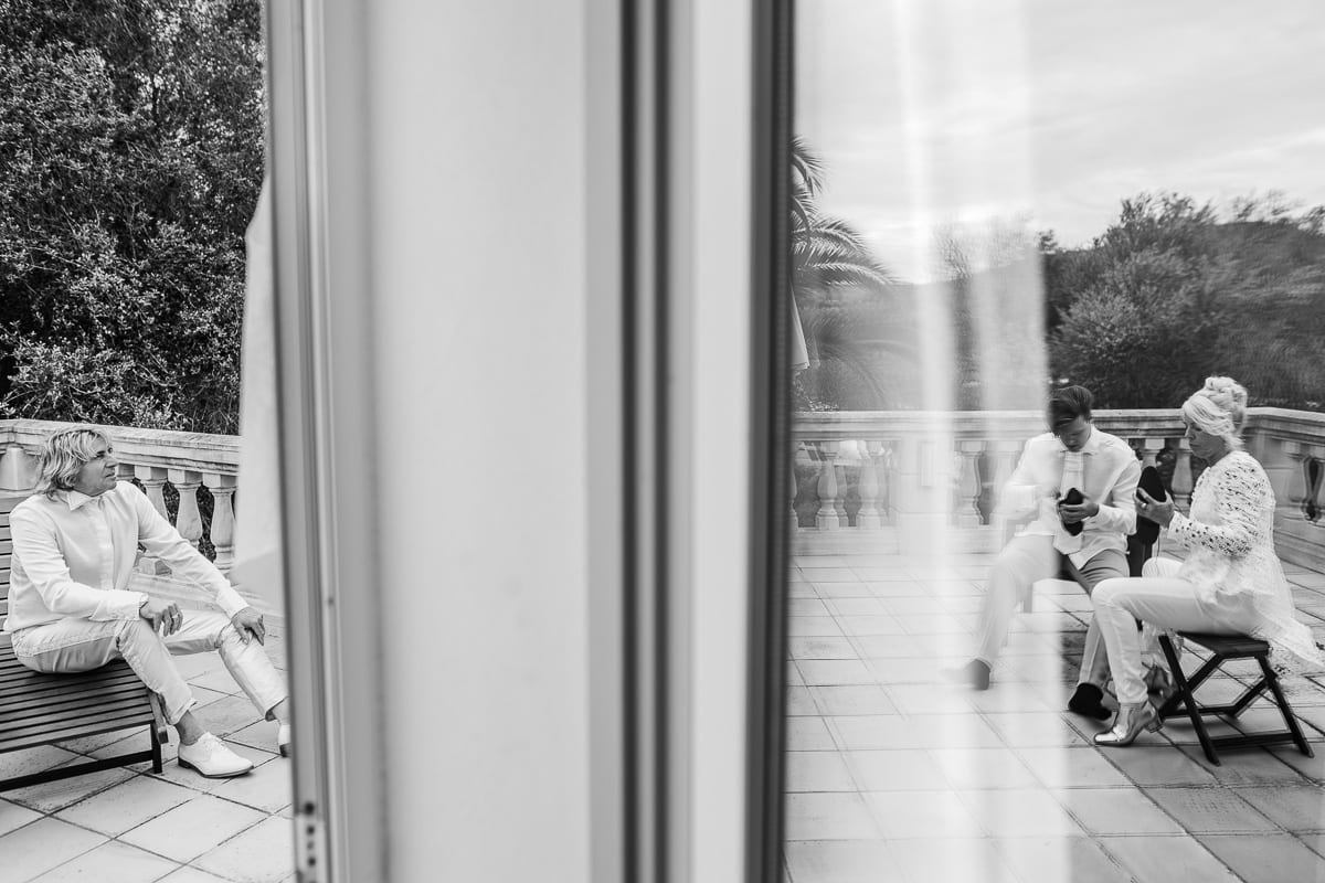 Mirror effect at the window of the preparations of the groom's family.