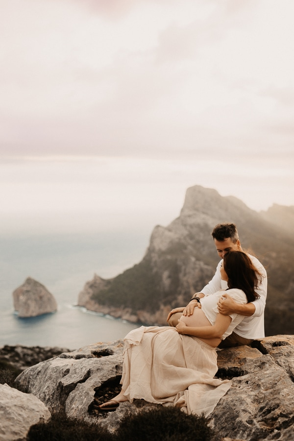 Pregnant couple in front of the seaside of Cap Formentor.
